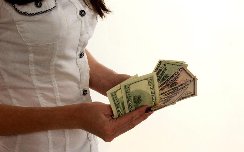 Как откладывать деньги при маленькой зарплате женщине