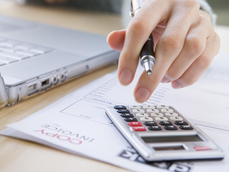 В зависимости от договорных отношений, в рамках предпринимательства выделяют неустойку, штрафные санкции и пени. Специалисты не разграничивают два понятия – неустойка и штраф. Это говорит о том, что оба термина аналогичны по значению.