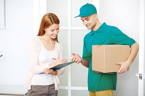 Курьер занимается доставкой еды, документов, посылок и других вещей.