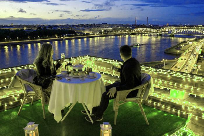 свидание парня и девушки на крыше