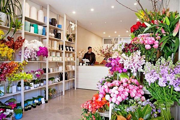 мужчина продавец в цветочном магазине